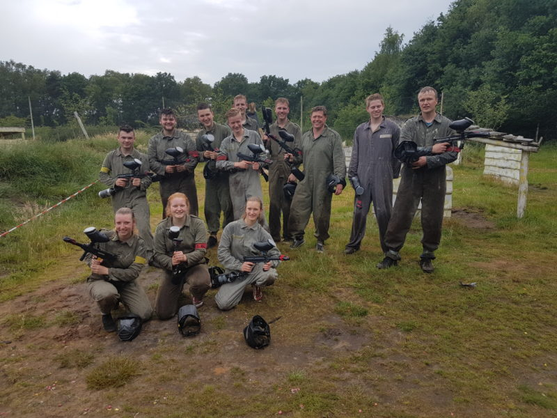 Groepje dames speelt paintball light